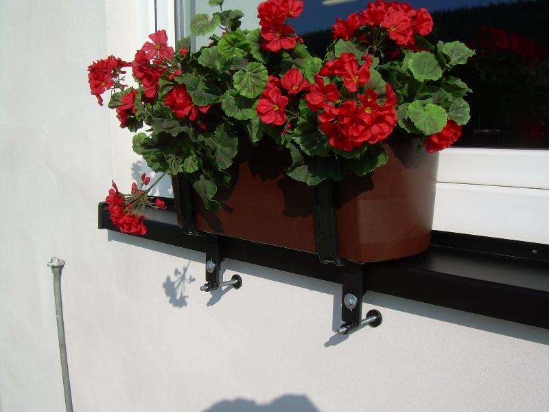 Nadparapetový držák truhlíků - upevnění nejen plastových truhíků pod parapet okna