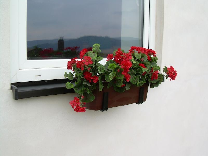 Parapetový držák truhlíků - upevnění nejen plastových truhíků pod parapet okna